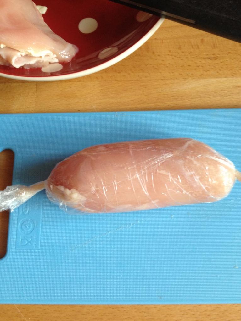 Cordon-bleu : enroulez les filets de poulets dans du film en serrant bien. Torsadez les extrémités.