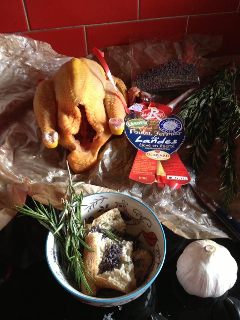 Pain, ail, romarin et lavande farcissent le poulet