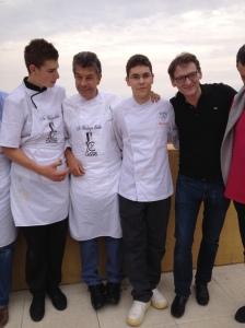 Sur la terrasse de l'Office de tourisme de Cassis, Régis Marcon entouré de ses 2 jeunes fils et de Laurent Jeannin, chef pâtissier du Bristol. Un moment rare !