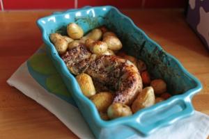 Le filet mignon au sirop d'érable et cuit avec des petites pommes de terre ajoutées, en cours de cuisson