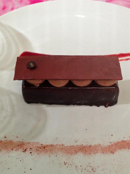 La petite robe noire, biscuite chocolat, ganache fruits rouges, praliné craquant chocolat, 12 €
