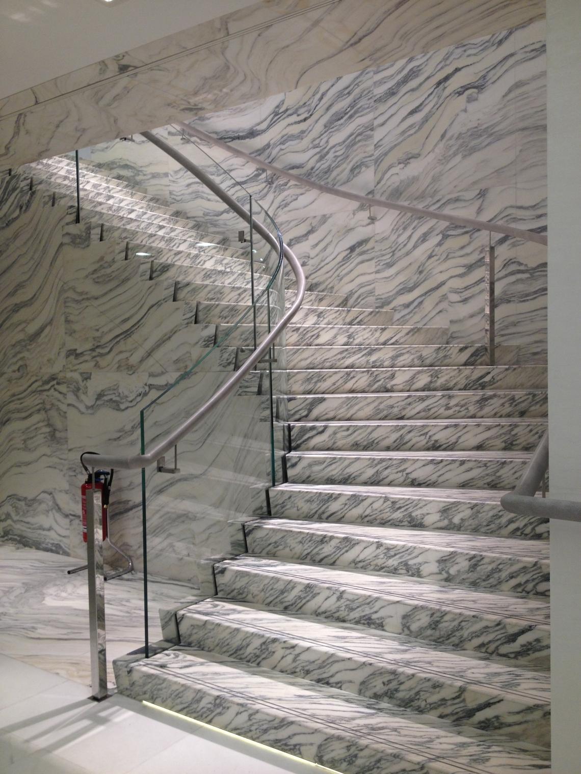 Le majestueux escalier de marbre.