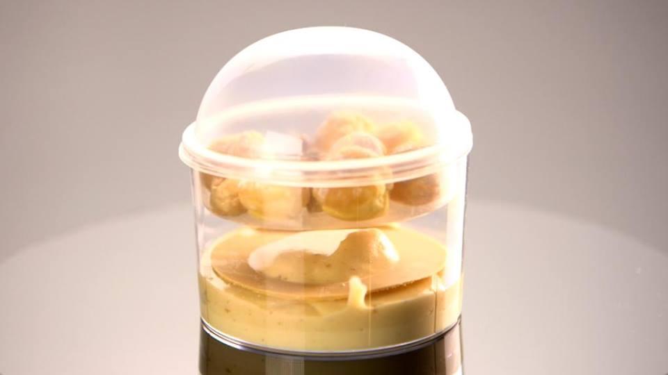 Conditionnée en verrine plastique, le dessert est adapté aux contraintes à bord
