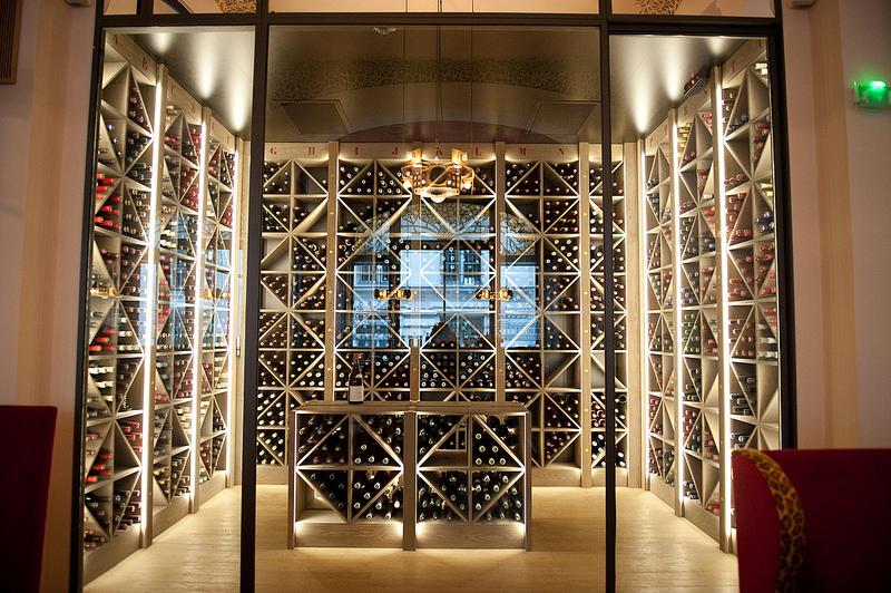 La cave à vins est dédiée aux vins de bourgogne