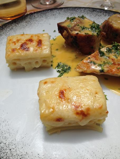 Gratin de macaronis à l'époisses et volaille de Bresse au vin jaune