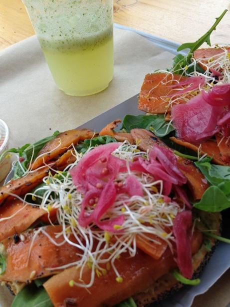 Le veggan Bagel : houmous, légumes grillés, jeunes pousses et pickle d'oignon