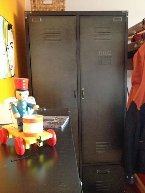 L'armoire Andrew se compose d'un bloc Penderie, d'un bloc Etagères et de 2 grands tiroirs. (Chaussure Nike)