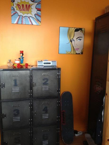 Mur orange et casier Industriel