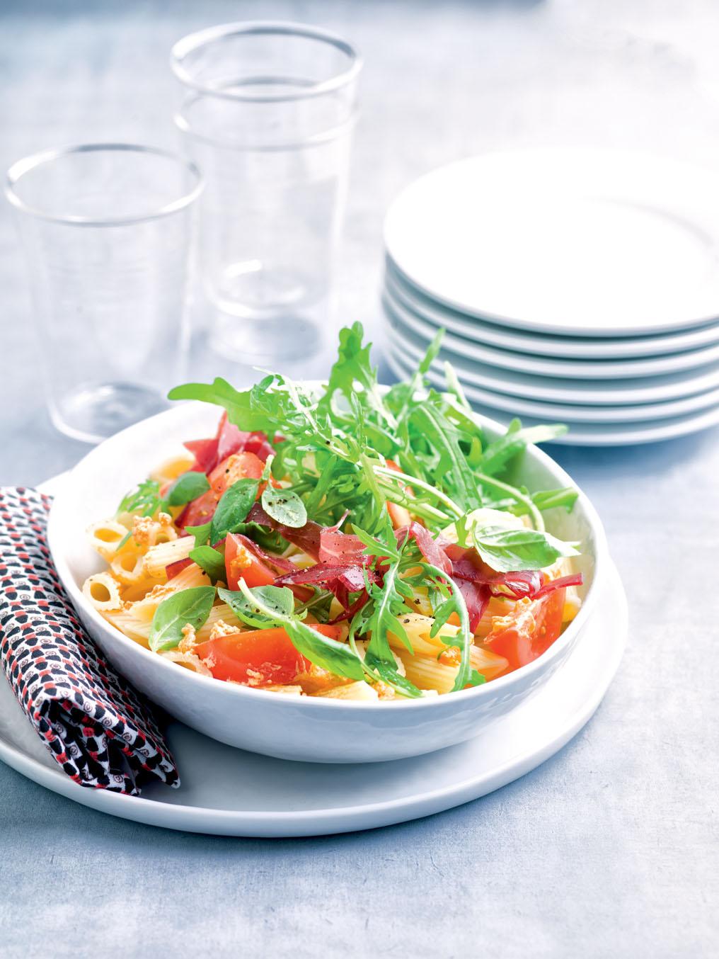 Salade de penne aux deux tomates, bresaola et basilic