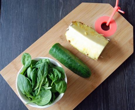 De l'ananas, du concombre et des épinards Le jus ananas-épinard contient pas moins de 500 g de végétaux !Jus ananas-épinard-concombre ©MyriamDarmoni