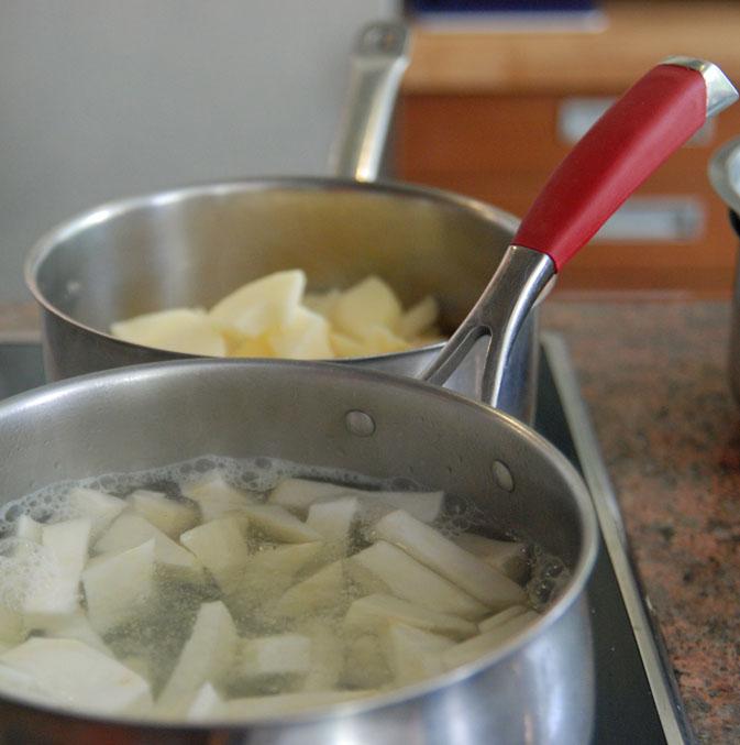 Cuisson du céleri à l'eau et pomme à la crème Céleri et pomme, une purée à tomber ! ©MyriamDarmoni