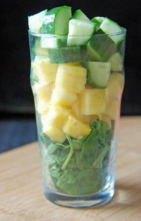 Le jus ananas-épinard contient pas moins de 500 g de végétaux !Jus ananas-épinard-concombre ©MyriamDarmoni