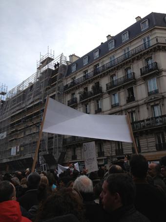 Sur les toits, le sniper est acclamé et applaudi par la foule.