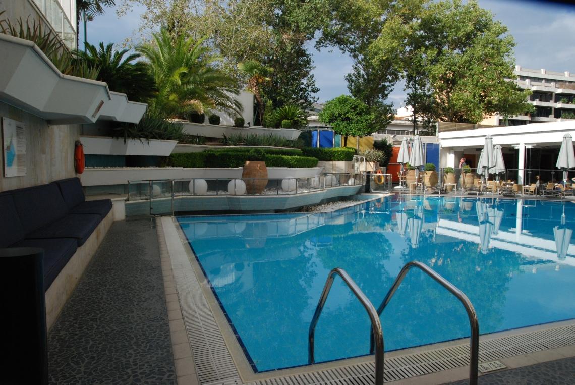 Se remettre de la journée en piquant une tête dans la piscine de l'hôtel Intercontinental.