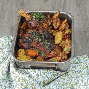 Rôtie au four avec des pommes de terre et un assaisonnement parfait, cette épaule est fondante à souhait.