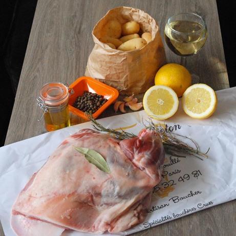 De l'épaule d'agneau, du citron, du vin, des aromates et des pommes de terre, vous n'avez besoin de rien de plus.