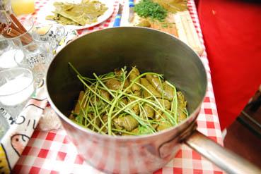 Rien ne se perd : mettez-les tiges des fines herbes entre 2 rangées de feuilles de vigne.