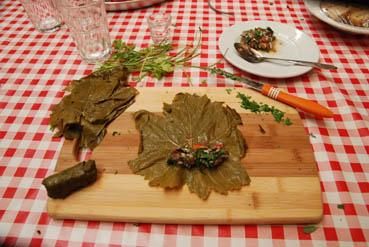 Attention à bien positionner la feuille de vigne avant de la farcir et la rouler.Attention à bien positionner la feuille de vigne avant de la farcir et la rouler.