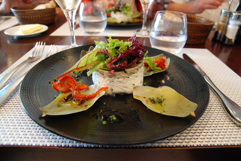 Le fond est garni d'une crème de mascarpone au tourteau (ou au saumon), recette des Alizées, Roscoff.