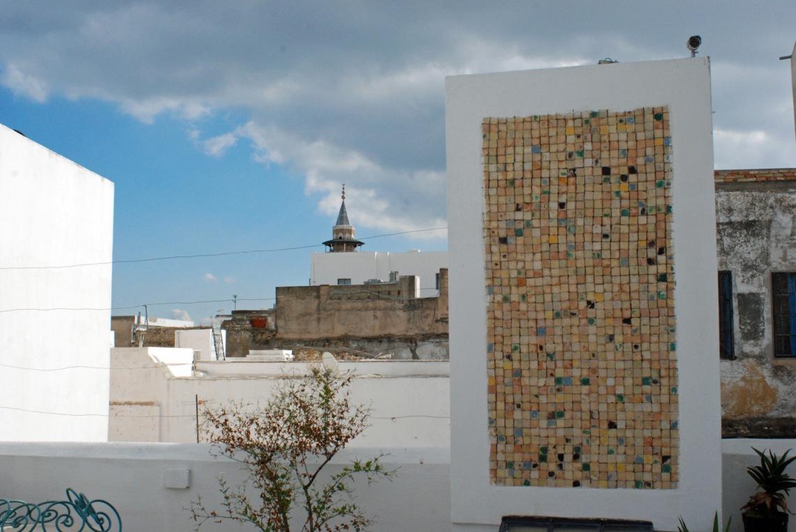 Vue sur Tunis de la terrasse du sublime hôtel Dar El Medina