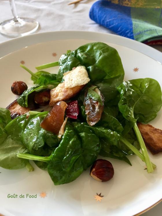 Salade d'épinard aux dattes et aux noisettes
